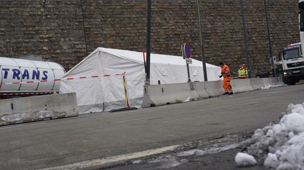Das aufgebaute Zelt für mögliche Corona-Fälle